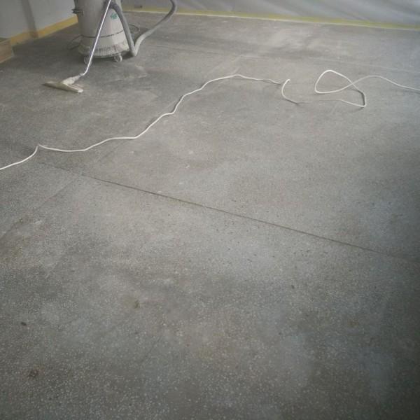 płaskie szare płyty betonowe